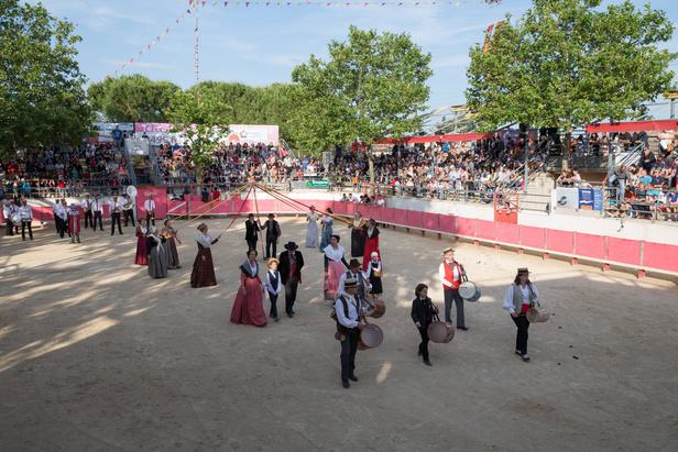 Démonstration de danse de la Pichoto Camargo accompagnée des Tambourinaïres de l'Étang de l'Or